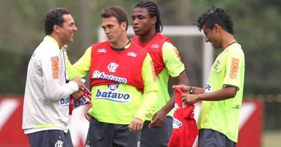 Luxemburgo sorri ao falar com Petkovic, Diego Maurício e Leo Moura em seu primeiro treino no Flamengo