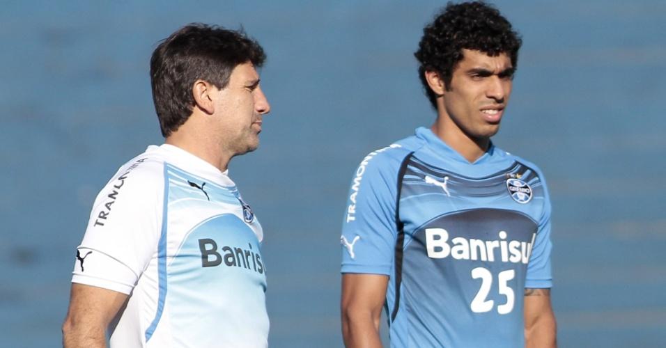 Renato Gaúcho conversa com Vilson em treinamento do Grêmio