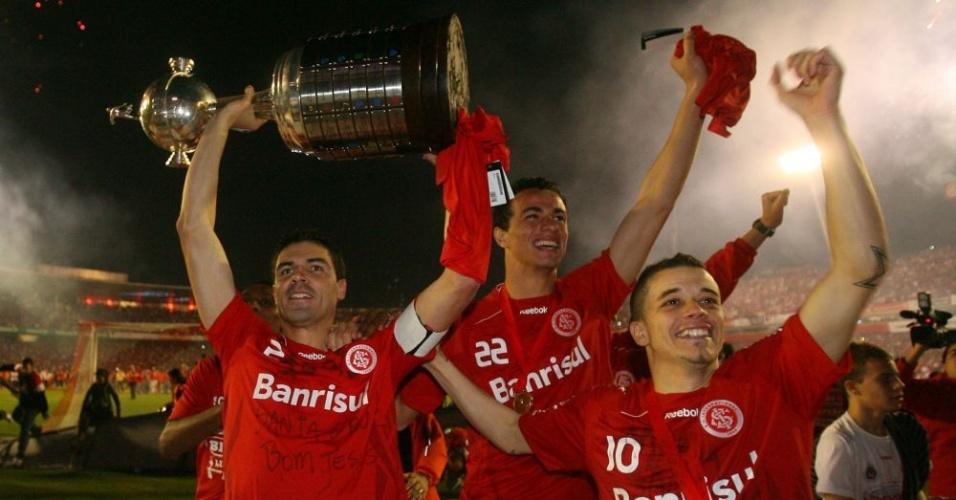 Bolívar, Leandro Damião e D'Alessandro comemoram a conquista da Libertadores