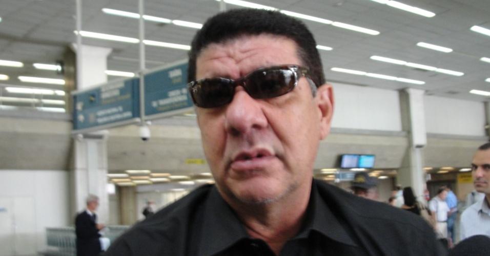 Joel Santana concede entrevista após a chegada da delegação do Botafogo