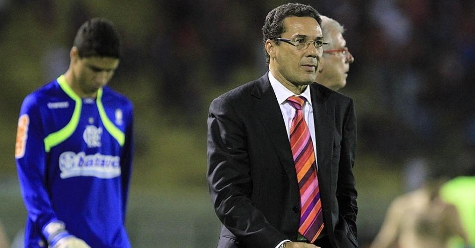Luxemburgo deixa o campo ao fim do primeiro tempo de sua estreia no Flamengo contra o Atlético-GO