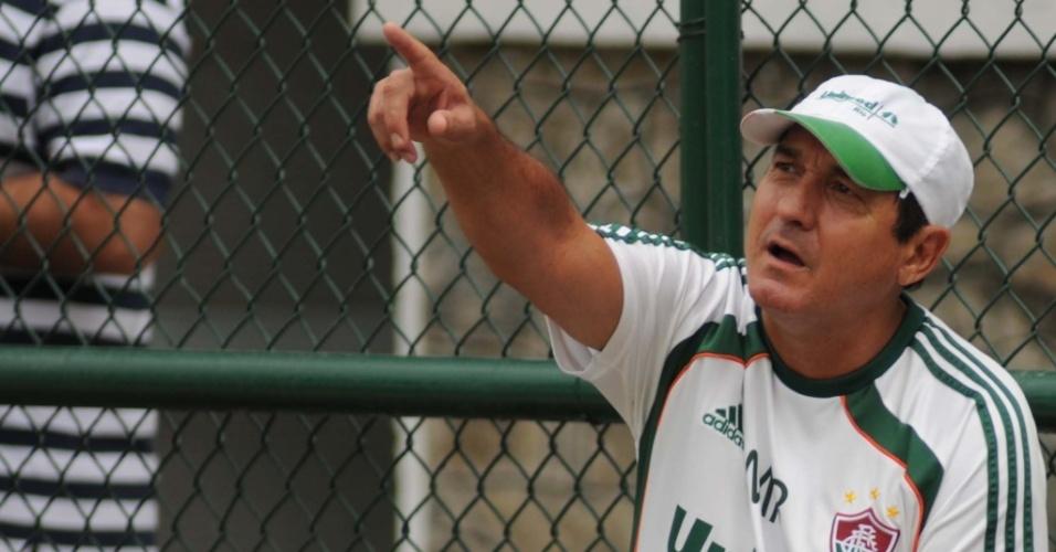 Muricy Ramalho passa uma orientação durante treinamento do Fluminense