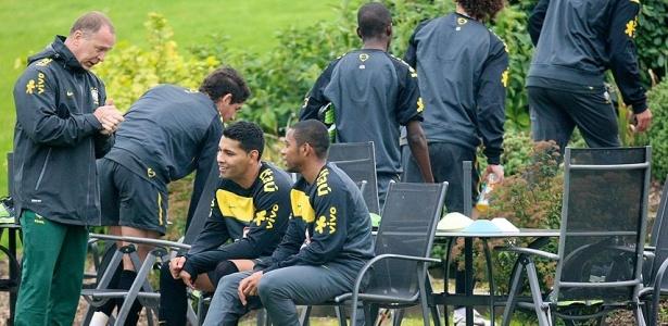 Mano conversa com atletas da seleção brasileira; Robinho com chuteira rosa