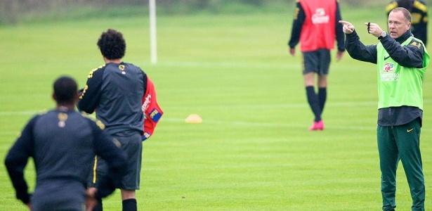 Mano Menezes dá orientação durante o treino da seleção brasileira