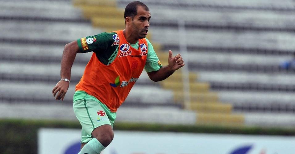 Felipe carrega a bola durante treinamento do Vasco