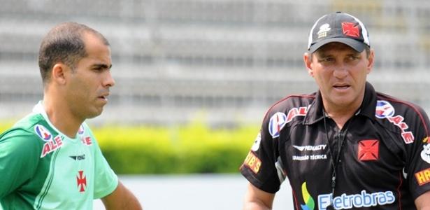 Felipe e Paulo César Gusmão conversam durante treino do Vasco