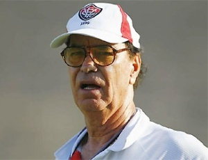 O técnico Antônio Lopes durante treino no Vitória