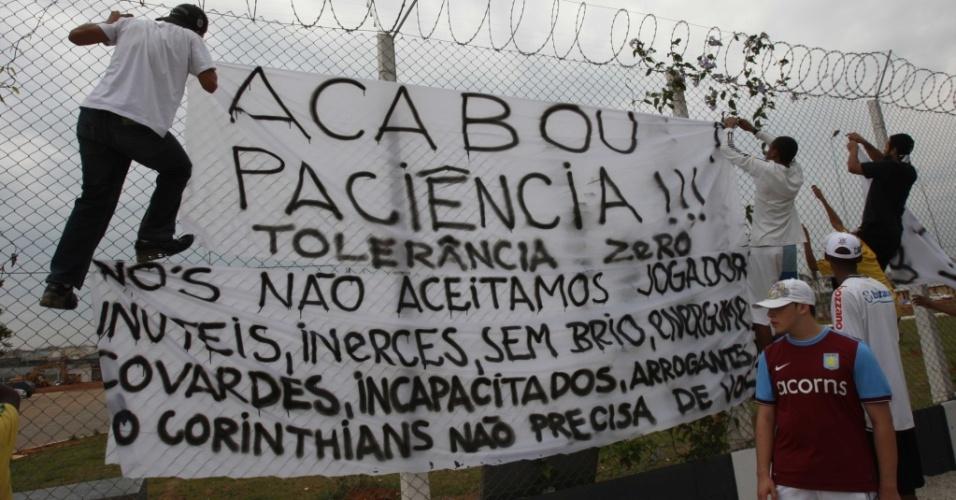 Torcedores do Corinthians protestam contra a fase do time no CT do Parque Ecológico