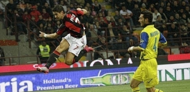 Pato chuta de primeira para marcar contra o Chievo