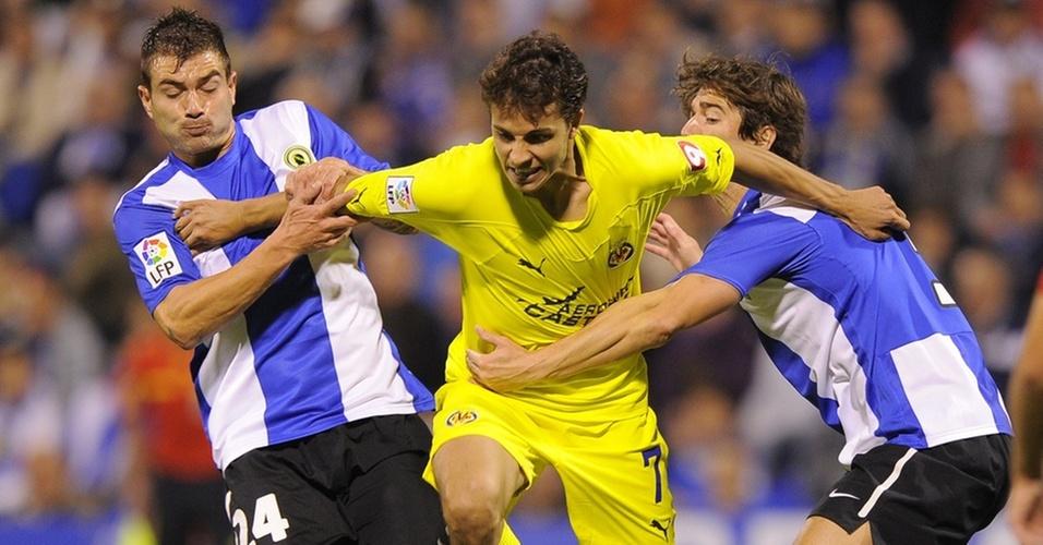 Nilmar tenta se livrar da marcação do Hércules em duelo pelo Espanhol