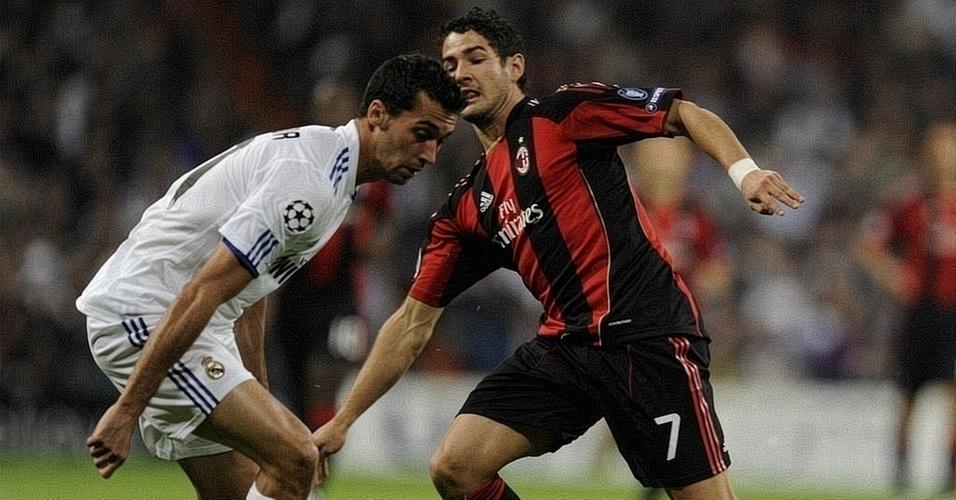 Alexandre Pato, do Milan, tenta passar pela marcação de Arbeloa, do Real Madrid