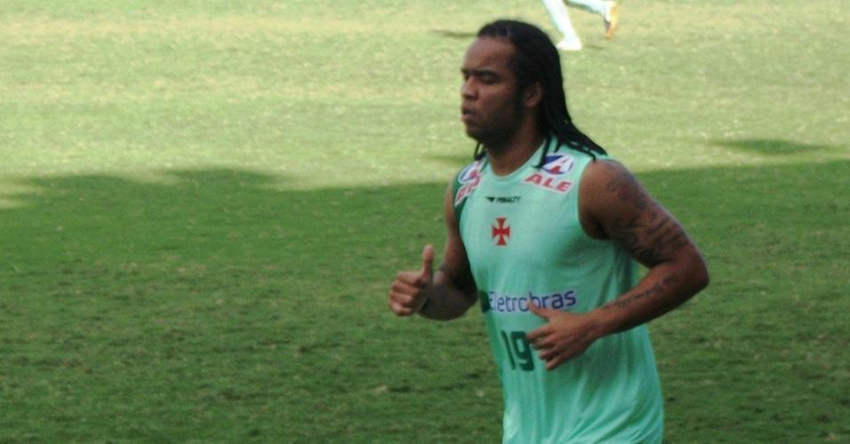 Carlos Alberto, do Vasco, corre ao redor do gramado de São Januário