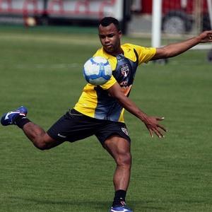 Fernandinho está recuperado de lesão, mas corre o risco de perder a vaga para Fernandão no meio