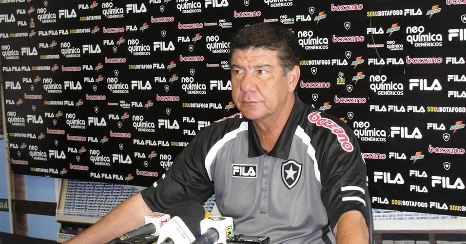 Joel Santana concede entrevista coletiva após o treinamento do Botafogo