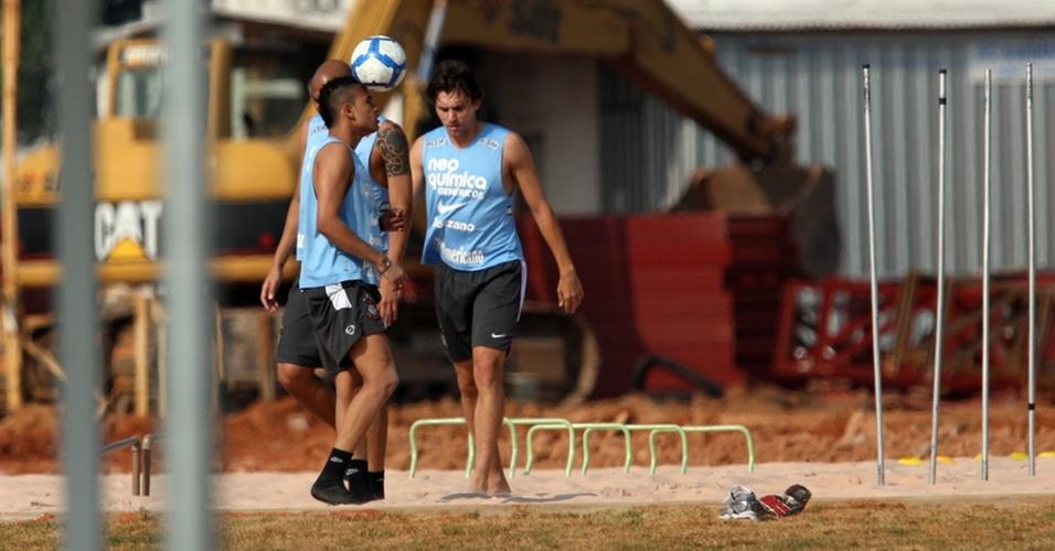 Dentinho, Souza e Paulo André fazem exercício no Corinthians