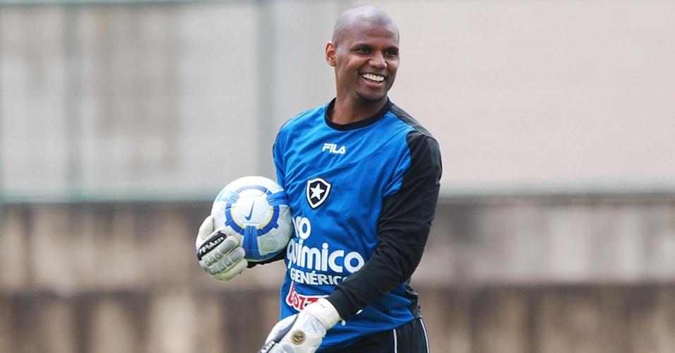 Goleiro Jefferson ri durante treinamento do Botafogo