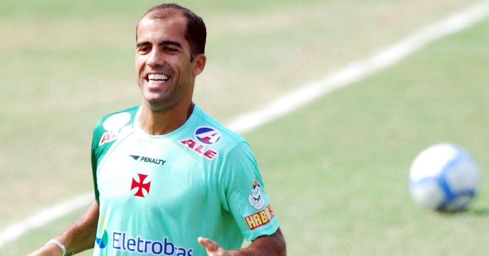 Felipe sorri durante treinamento do Vasco