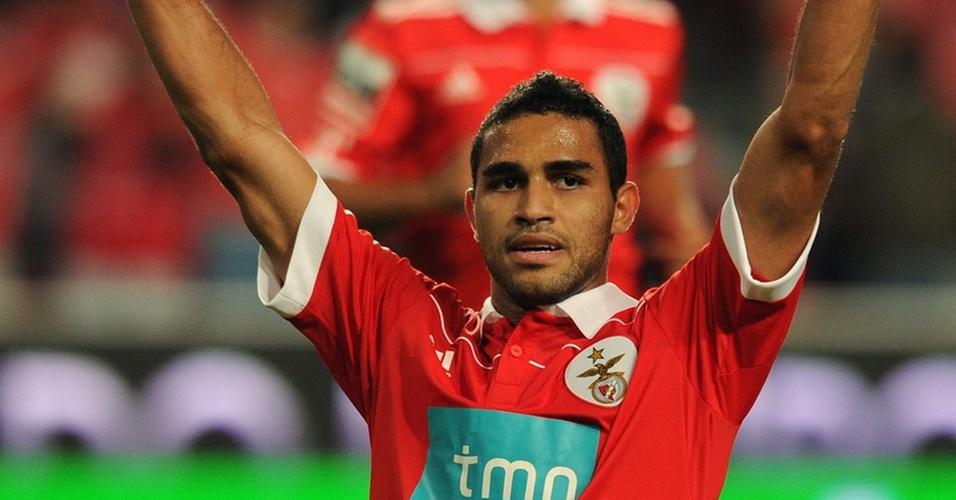 Alan Kardec comemora ao marcar de pênalti pelo Benfica
