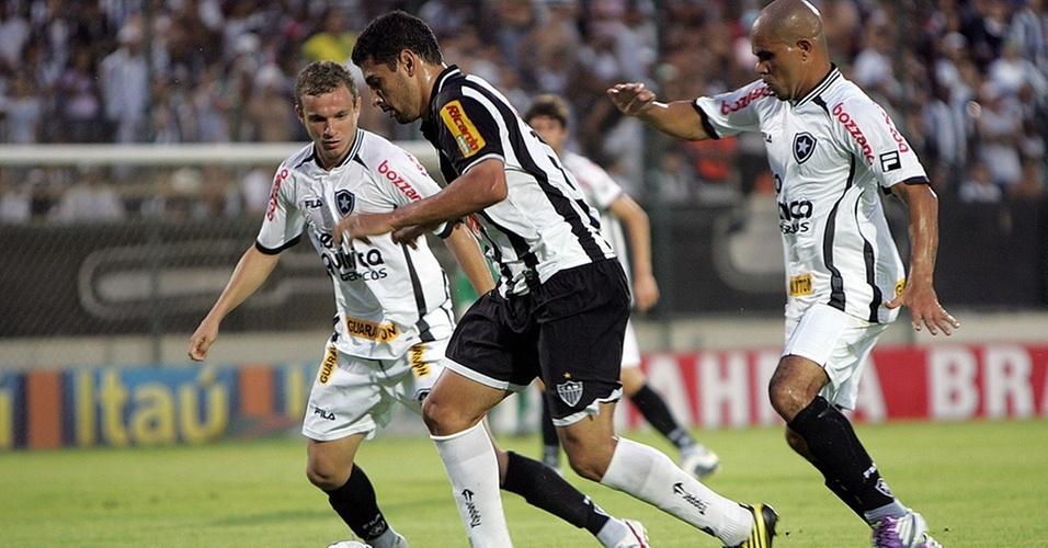 Diego Souza é cercado por Marcelo Mattos (e) e Alessandro (d) em lance do jogo entre Atlético-MG e Botafogo