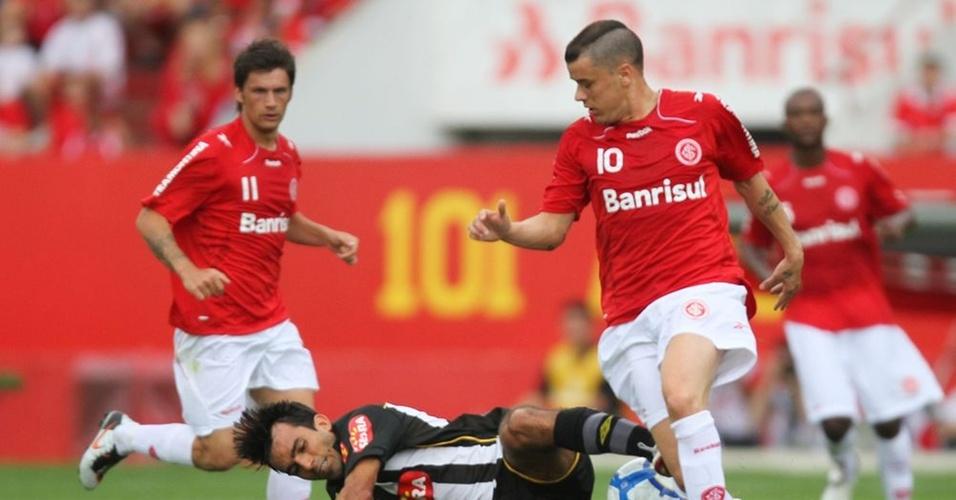 Meia D'Alessandro em ação pelo Inter contra o Santos, no Beira-Rio