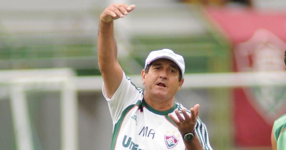 Muricy Ramalho gesticula durante treino do Fluminense