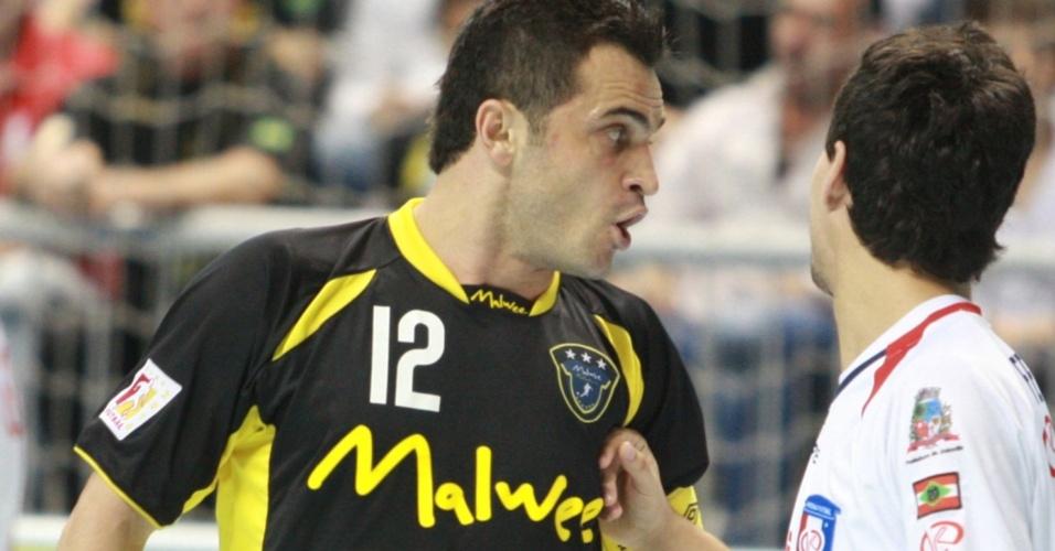 Falcão bate-boca na vitória da Malwee/Jaraguá sobre o Joinville nas quartas de final da Liga Futsal