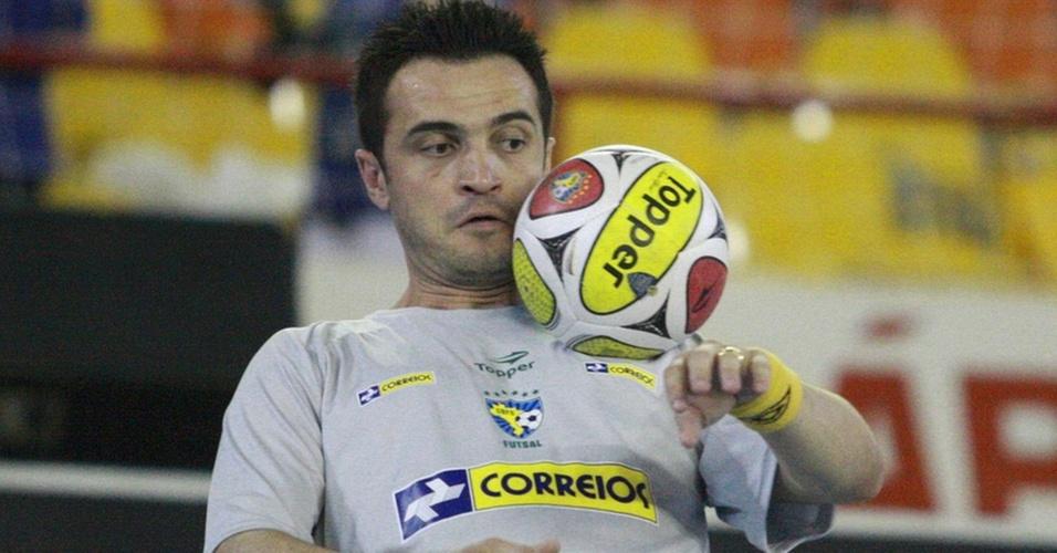 Falcão mostra habilidade com a bola em aquecimento antes do jogo com a Costa Rica