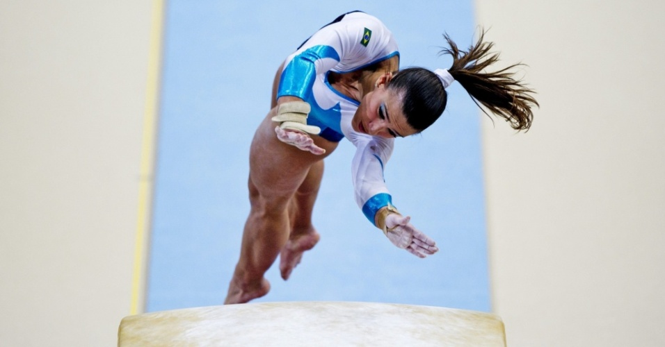 Jade Barbosa se apresenta no salto durante as eliminatórias do Mundial de Roterdã