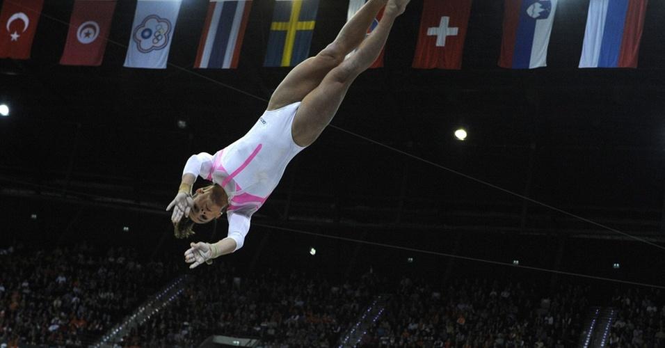 Jade Barbosa salta durante o Mundial de ginástica de 2010