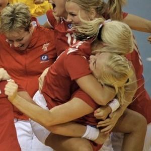 Jogadoras da Dinamarca comemoram vit�ria sobre a Alemanha por um gol de diferen�a no Mundial