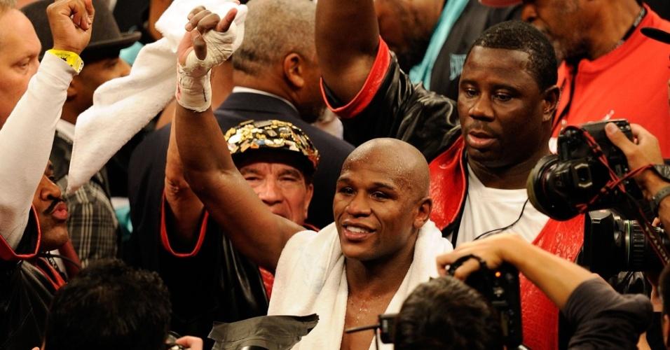 Mayweather comemora a vitória sobre Mosley em Las Vegas