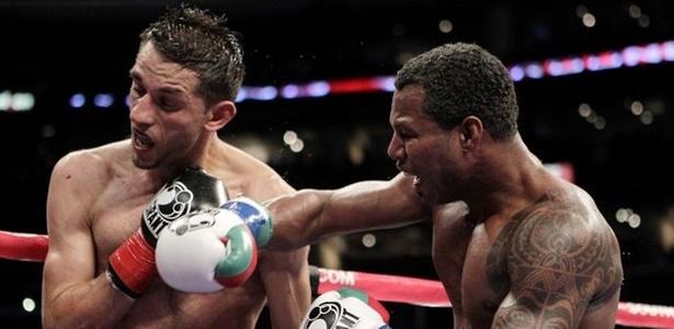 Shane Mosley atinge Sergio Mora em combate de ex-campeões que acabou empatado e sob vaias do público em Los Angeles