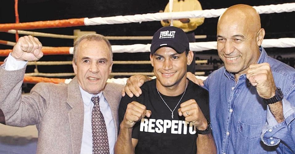 Três dos quatro campeões mundiais do boxe brasileiro, Eder Jofre, Popó e Miguel de Oliveira posam para fotos