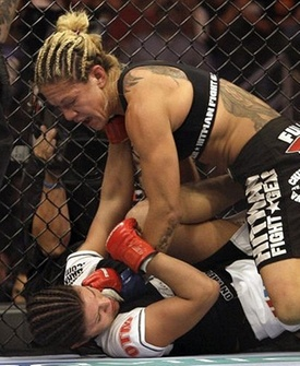 Cris Cyborg vence Gina Carano e conquista cinturo do Strikeforce