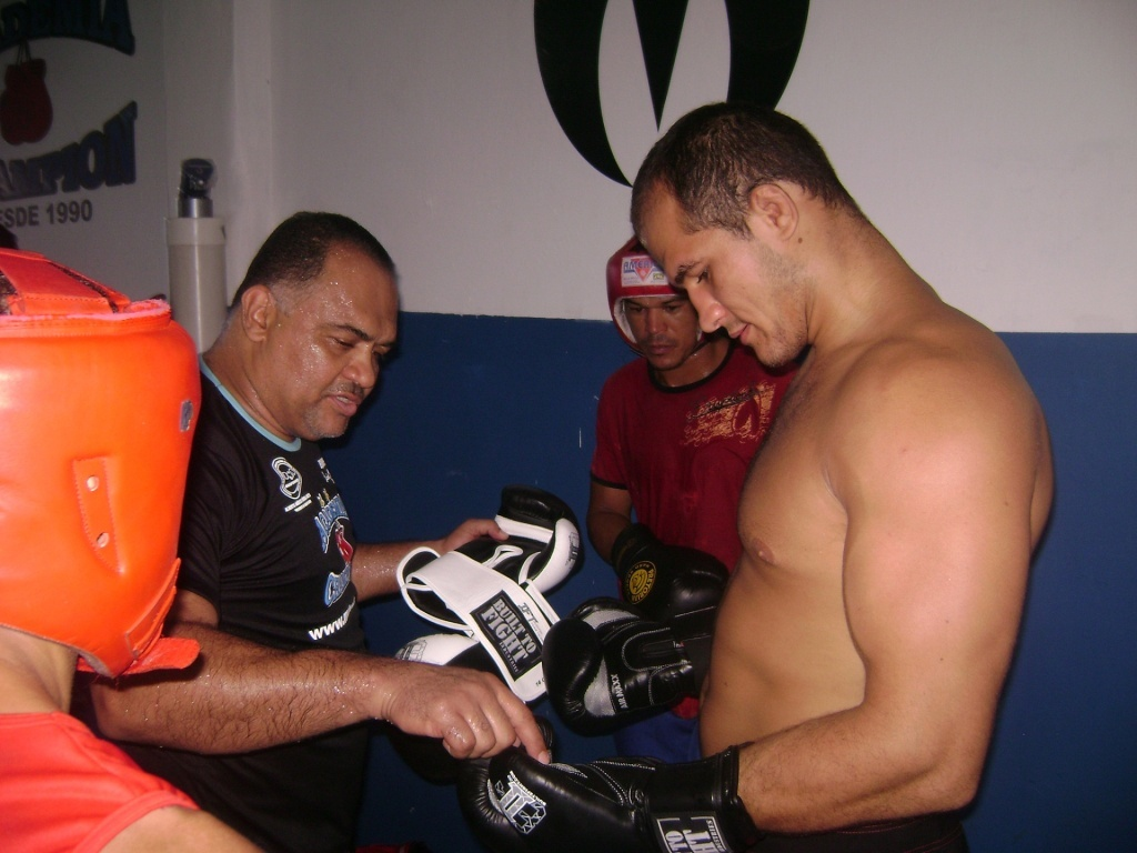 Lus Drea d instrues para Jnior Cigano em treino na academia Champion, em Salvador