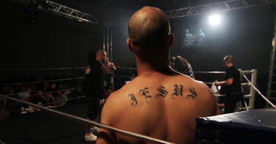 Lutador Roberto Dantas com a tatuagem Jesus nas costas participa de noite de lutas da Igreja Renascer
