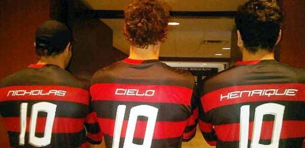 Nicholas Santos, Cesar Cielo e Henrique Barbosa, com a camiseta do Flamengo