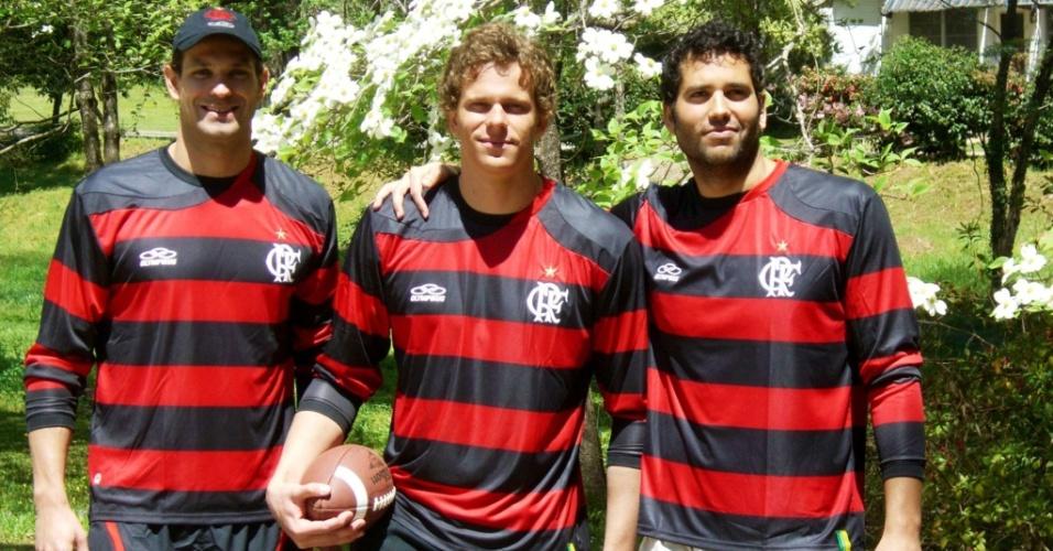 Cesar Cielo (centro) posa com Nicholas Santos e Henrique Barbosa vestindo a camisa do Flamengo