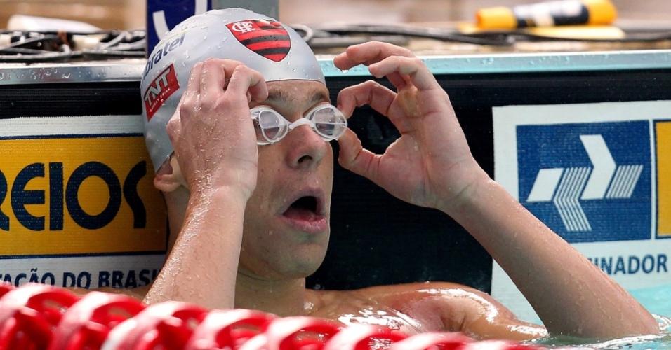César Cielo ajeita os óculos durante as semifinais dos 100 m livre