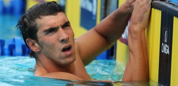 Michael Phelps olha seu resultado nos 200m borboleta. Ele foi  final com o melhor tempo