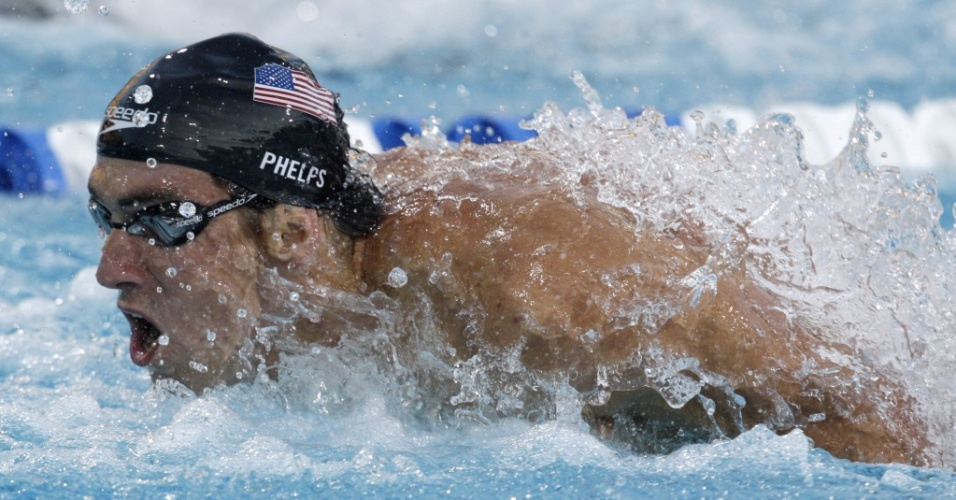 Michael Phelps nada na final dos 100 m borboleta do Pan-Pacfico, prova na qual conquistou o ouro