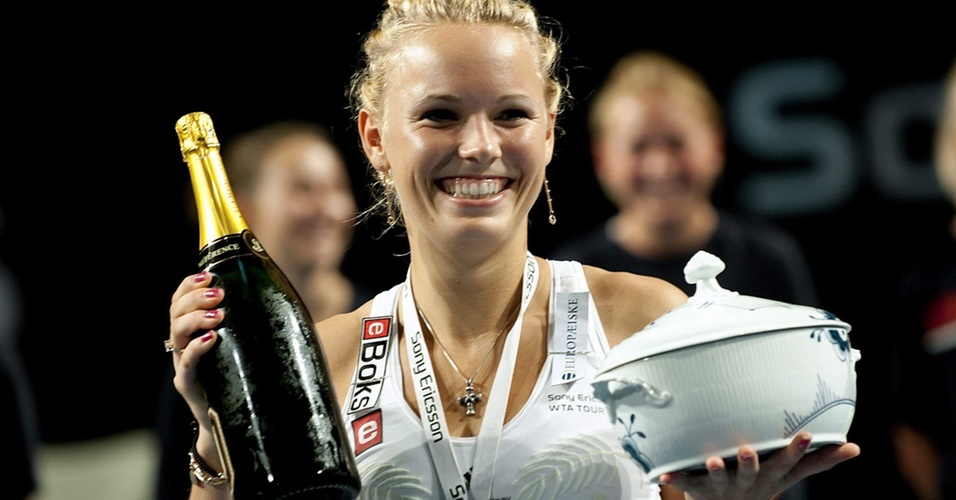 Caroline Wozniacki comemora com garrafa de champanhe aps conquistar o WTA de Copenhague