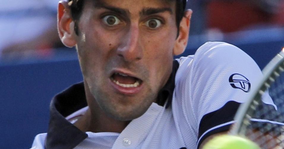 Djokovic faz careta ao rebater bola na vitória sobre Monfils no Aberto dos EUA