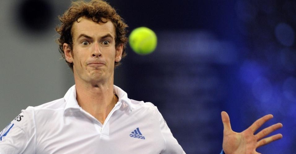 Andy Murray faz careta ao rebater bola em jogo pelo Masters de Xangai