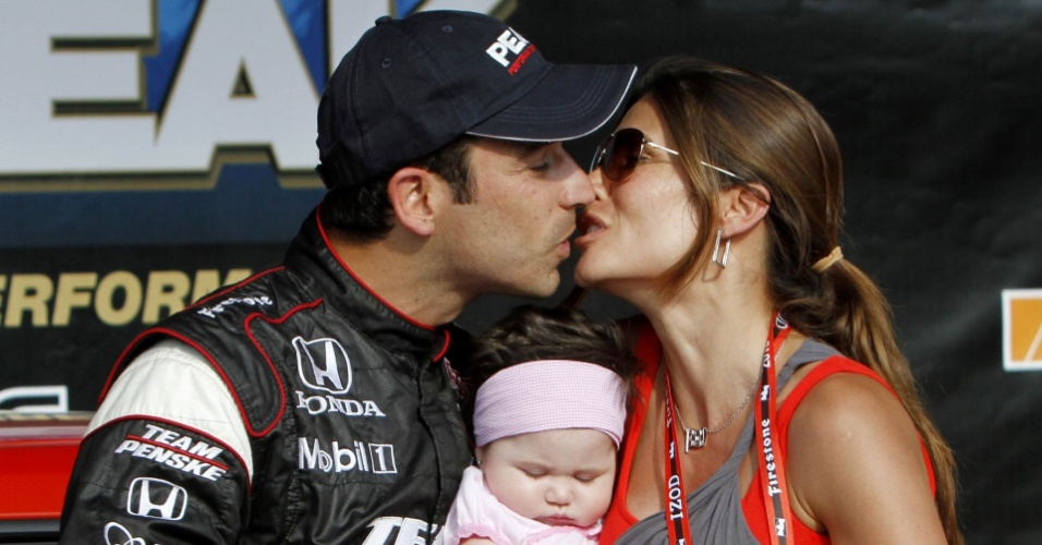 Helio Castroneves comemora com sua filha e namorada Adriana Henao