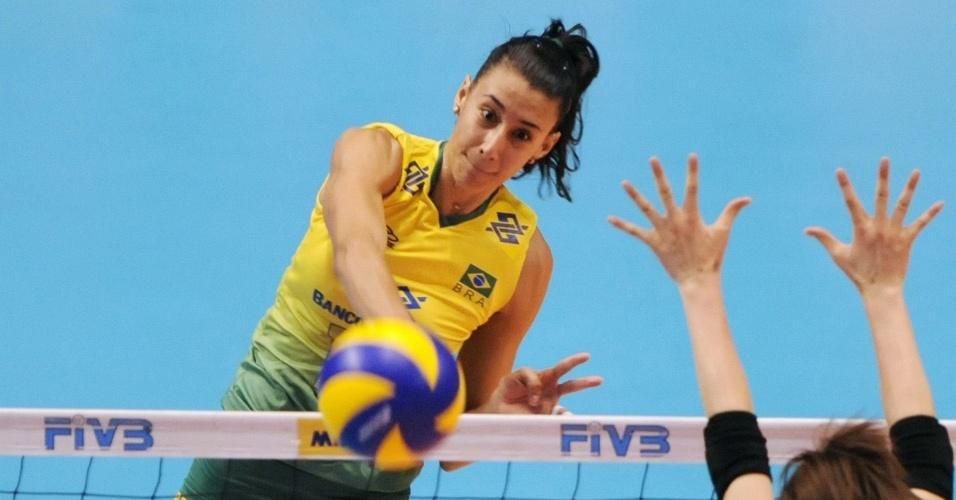 Sheilla passa pelo bloqueio de Saori na vitória do Brasil sobre o Japão pela Copa dos Campeões