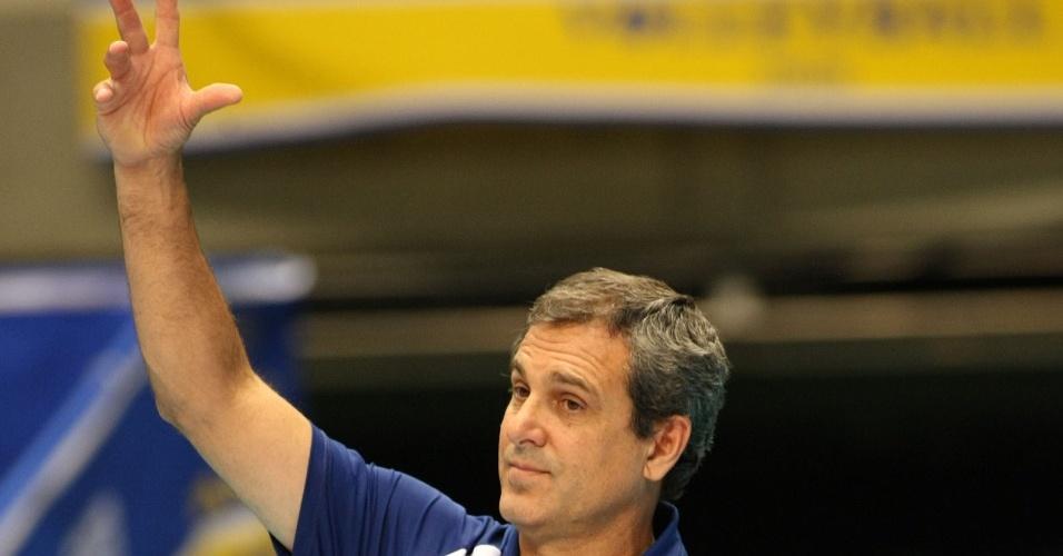 Zé Roberto instrui o time durante o jogo contra a Coreia do Sul