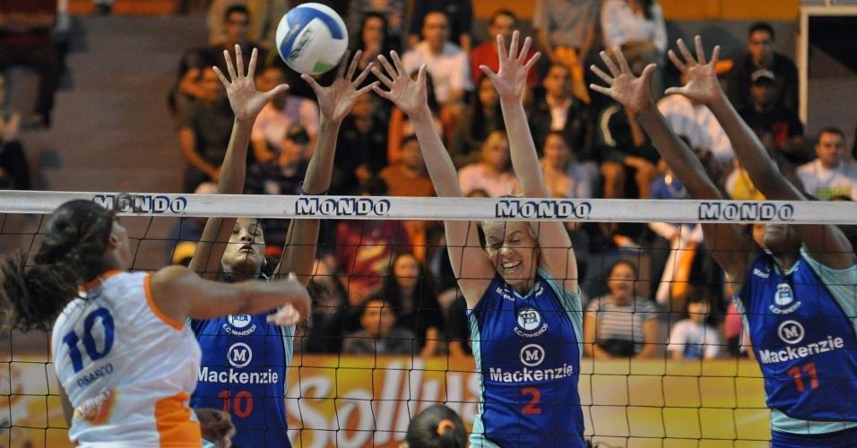 Sassá encara o bloqueio de Lia (10), Lígia (2) e Fernanda Garay (11) na vitória do Pinheiros sobre o Osasco