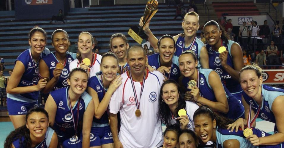 Jogadoras do Pinheiros e técnico Paulo Coco comemoram o título do Campeonato Paulista