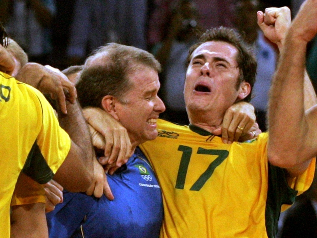 Bernardinho e Ricardinho se abraçam após o título da seleção nas Olimpíadas de Atenas